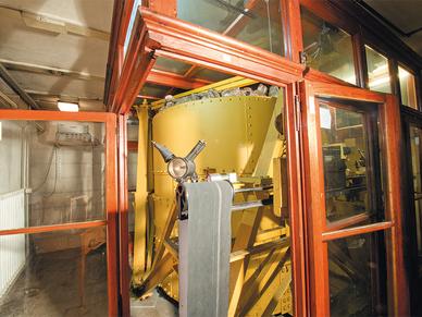 Der Seismograph mit dem 17-Tonnen-Pendel – im Eisenblechkessel: der Schwerspat.