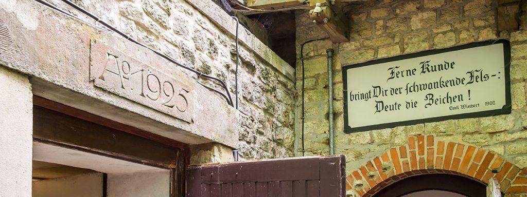Eingang altes und neues Erdbebenhaus