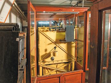 Der Vertikalseismograph ist ein Prototyp für viele baugleiche Modelle in weltweiten Observatorien.