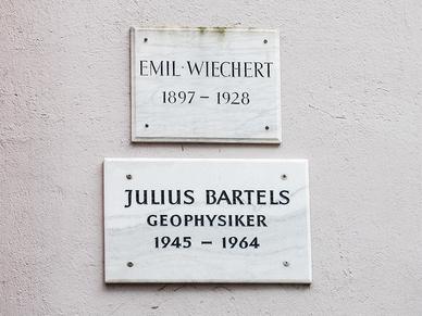 Gedenktafeln an die Geophysiker Emil Wiechert und Julius Bartels.