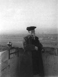Emil Wiechert als Dekan auf dem Dach des Instituts für Geophysik, Göttingen Hainberg, 1922