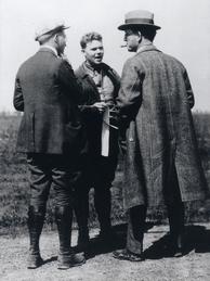 Ludger Mintrop mit Kollegen von Seismos