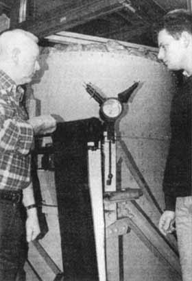 Wilfried Steinhoff (l.) und Elmar Rothert am 17-Tonnen-Pendel.