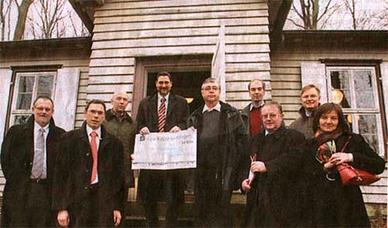 Das Gaußhaus – 2007 durch Spenden saniert (mit Vertretern der Sparkasse Göttingen und anderen bei der Scheckübergabe).